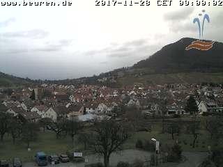 Blick von der Panorama Therme auf Beuren mit dem Beurener Felsen (rechts) und dem Engelberg (links).